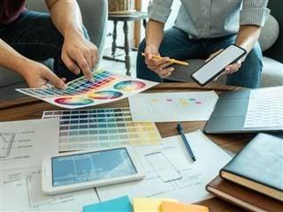 Équipe créative professionnelle de planification Web / graphiste, dessin d'un site Web UX - Conception de l'expérience client