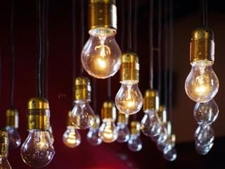 series of lightbulbs hanging from the ceiling