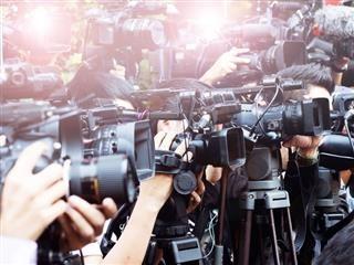 Les personnes détenant des caméras de nouvelles pour prendre des photos.