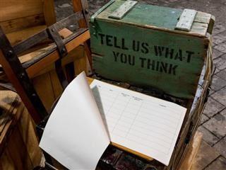 Une caisse en bois verte qui dit dites-nous ce que vous pensez.  - Concept de rétroaction
