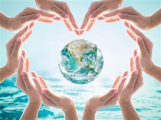 Journée mondiale de l'eau et concept de protection de l'environnement avec les mains du cœur aiment la terre entre les mains des bénévoles de la communauté.