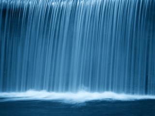 Une cascade la nuit