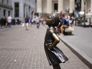 fearless girl statue in Wall Street